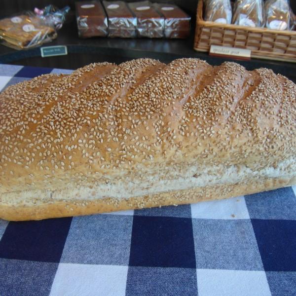 Licht bruinbrood met SESAMzaad. Wordt bereid met TARWEmeel en TARWEbloem. Op vloer gebakken. Online bestellen bij Bakkerij Kaptein, Den Ham, Overijssel