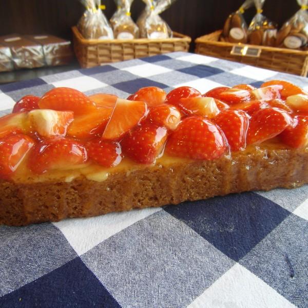 Slof gemaakt van harde wenerdeeg met gele room en spijs. Met verse aardbeien opgemaakt. 4-5 stukjes. Online bestellen bij Bakkerij Kaptein, Den Ham, Overijssel.