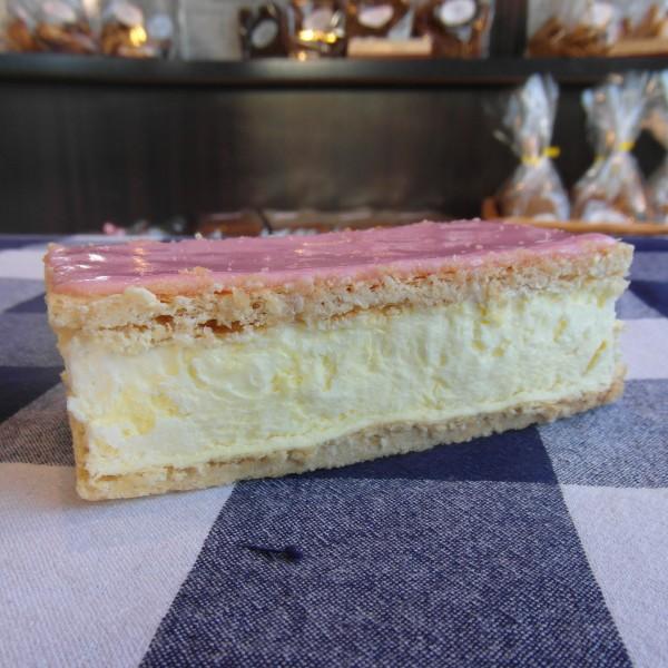 2 bladerdeegplakken met gele room ertussen. Afgewerkt met roze fondant. Online bestellen bij Bakkerij Kaptein, Den Ham, Overijssel.